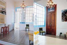 Vidrio repartido: 8 ideas para las ventanas de tu casa  En este hall de entrada de una casa centenaria se pintó la estructura de blanco y se reemplazaron los vidrios del reborde por unos color azul.  /Archivo LIVING