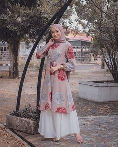 Modern Hijab Fashion, Street Hijab Fashion, Batik Fashion, Hijab Fashion Inspiration, Islamic Fashion, Muslim Fashion, Fashion Outfits, Dress Muslim Modern, Mode Abaya