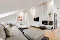 Wohnzimmer mit Dachschräge in grau und weiß