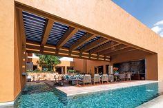 Terraza rodeada de alberca, sala, comedor y asador-buffet. Agua en movimiento por la pequeña fuente
