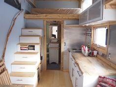 Cette petite maison de 14.77 m² sur roues vêtues de différents style de revêtement à Boulder, Colorado est la réalisation de Evan Kinsley, elle est en ve