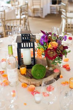 Awesome 50+ Amazing Lantern and Flower in Wedding Centerpiece Ideas https://weddmagz.com/50-amazing-lantern-and-flower-in-wedding-centerpiece-ideas/