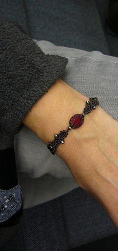 **Ein geknüpftes Armband mit funkelnden Glasschliffperlchen und einer wunderschönen böhmischen Flachperle.** Material: C-Lon Beadcord Es ist größenverstellbar und lässt sich somit...