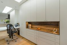 Werken, midden in het wonen vraagt om orde, dus om voldoende bergruimte. Hubbers interieurmakers ontwierp en realiseerde deze kantoorkasten voor voldoende bergruimte.