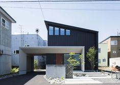 今回のテーマは「光なごむ四季の家【公開中モデルハウス】」。株式会社北王の札幌と帯広の新築注文住宅と住宅リフォームの建築実例をご紹介します。 Garage House, House Front, My House, Modern Contemporary Homes, Exterior Design, Modern Architecture, Minimalism, House Plans, House Design