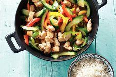 Goede combinatie om te wokken: paprika, komkommer, kip en chilisaus - Recept - Allerhande
