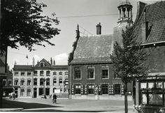 Datering tot: 1943-08-31 Beschrijving: De Grote Markt gezien vanaf de hoek met de Nieuwstraat. Rechts het stadhuis en op de achtergrond enkele woningen aan de Grote Markt.
