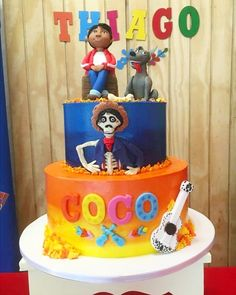 Torta con la temática de la película de #disney Coco. Cinco Disney cake. Cubierta con buttercream, cómo a mi me gusta  #macaronpasteleriafina #disneycakes…
