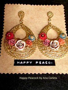Filigrana dorada y flores de mil colores...un delicado bouquet en tus pendientes http://happypeacock.es