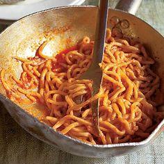 Pasta all'Amatriciana Pasta All Amatriciana, Italian Pasta Recipes, Spaghetti Recipes, Wine Recipes, Cooking Recipes, Meat Recipes, Cooking Tips, Dessert Pasta, Kitchens