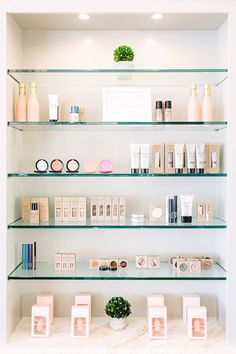 22 Ideas makeup storage display shelves - Image 3 of 20 Beauty Salon Decor, Beauty Salon Interior, Beauty Salons, Small Beauty Salon Ideas, Small Salon, Mini Parfum, Salon Shelves, Makeup Shelves, Room Shelves