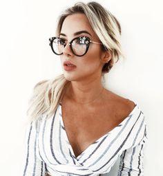 Sofisticação e luxo todos os dias com os novos #MiuMiu 05 PV  A armação conta com detalhes em pedrarias!! Modelo disponível em preto e havana na #EnvyOtica  www.envyotica.com.br @liviabrasilc #miumiueyewear #oculos #eyewear #oculosdegrau #armacaodegrau