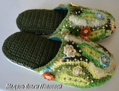 freeform crochet slippers- I'm going to make these better and without the pearls. Crochet World, Crochet Home, Irish Crochet, Free Crochet, Crochet Baby, Knit Crochet, Crochet Boots, Crochet Slippers, Crochet Clothes