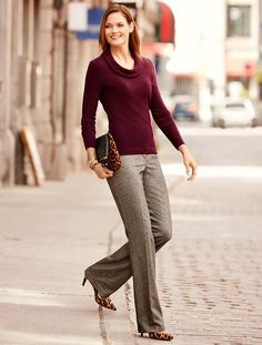 Jesenje pantalone: 12 modernih modela koje možete nositi i na posao Maroon Top Outfit, Grey Pants Outfit, Dress Pants, Gray Pants, Work Attire Women, Work Dresses For Women, Clothes For Women, Work Clothes, Business Casual Outfits