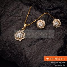 Diamond Necklaces : Delicate yet chic gold necklace Gold Chain Design, Gold Ring Designs, Gold Earrings Designs, Gold Jewellery Design, Necklace Designs, Pendant Set, Diamond Pendant, Pendant Jewelry, Diamond Studs