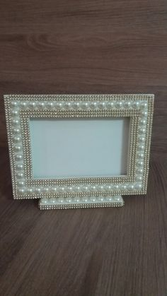 Porta retrato perolado Picture Frame Crafts, Picture Frames, Decorated Wine Glasses, Vintage Jewelry Crafts, Diy Frame, Sea Shells, Arts And Crafts, Diy Projects, Framing Mirrors