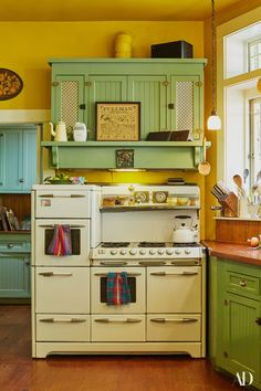 Are you looking for a unique kitchen design retro style? With these simple steps you will be on your way to having a kitchen design that is distinct from all… Continue Reading → Regal Design, Küchen Design, Design Ideas, Old Kitchen, Country Kitchen, 1930s Kitchen, Antique Kitchen Stoves, Antique Stove, Rustic Kitchen