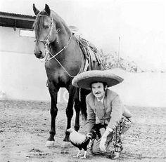 Puro Zacatecas en el lienzo, el Charro de América; Antonio Aguilar con su gallo y su yegua.
