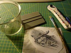 Fototransfer auf Stoff : Es wird benötigt Stoff, Öko Orangenreiniger von ProWin (in der Tasse), einen spiegelverkehrten Ausdruck der Vorlage aus dem Laserdrucker - ob es mit Tintenstrahldrucker funktioniert weiß ich nicht, Pinsel, Tesa und einen Plastikrakel oder etwas wie eine Kreditkarte