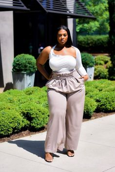 There is a new plus size designer and brand on the scene and we are here to share them with you. Meet the Atlanta based plus size brand, Curverra who is bringing us a dope mixture of fast fashion and in-house designs for the bold and unapologetic plus size woman.
