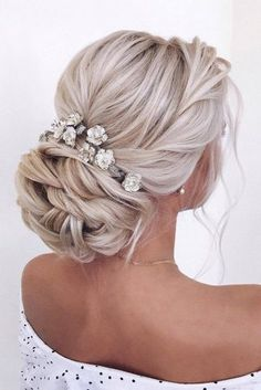 Wedding Hairstyles Updo - We have collected wedding makeup ideas based on the wedding fashion week. Look through our gallery of wedding hairstyles 2019 to be in trend! Veil Hairstyles, Hairstyle Look, Wedding Hairstyles For Long Hair, Wedding Hair And Makeup, Wedding Hair Accessories, Wedding Hair Blonde, Hair Makeup, Hairstyle Wedding, Wedding Hair Updo With Veil