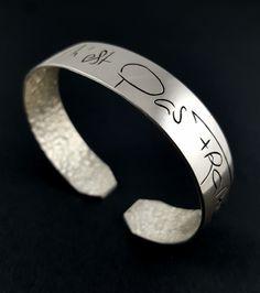 Bracelet « Impossible n'est pas Français » en argent massif fabriqué à la main en France. Rings For Men, France, Jewelry, Hand Made, Hands, Jewerly, Men Rings, Jewlery, Schmuck