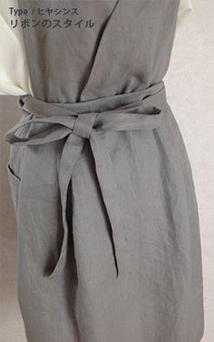 デザインの特徴は、細い共布のリボン。  結びやすくて、緩みにくく、キリッと家事モードにスイッチが入ります:フェルメール エプロン グレンビューレ      ***  http://www.passamaneriavermeer.com/  ***  「ヒヤシンス(リネン)」  ***デザイン:カシュクール 細リボン リネン  ***素材:麻100%  ***洗濯方法:ネットに入れて、ご家庭でお洗濯していただけます。ノーアイロンで麻のナチュラルな風合いを楽しまれるのも素敵ですし、アイロンをかけるとふんわりとします。  ***生地の特性:吸湿、放湿、速乾性に優れ、丈夫なリネンは、キッチンでは最適の素材です。  ***