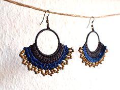Dieses Paar handgefertigte Ohrringe ist aus gewachsten Leinengarn und Messing Perle. Diese Ohrringe gut funktionieren in den Abendkleidung oder täg...