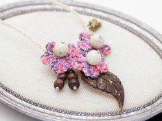 マーブルの糸で編んだ花に、ココナツの葉っぱをあしらいました。少々大ぶりなモチーフは、キラリと光るアクセントになります。存在感があるので、シンプ...|ハンドメイド、手作り、手仕事品の通販・販売・購入ならCreema。