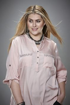 Blouse van Zhenzi heeft op de schouder en borstzakjes een randje glitter pailletten. Vekrijgbaar in grijs en roze. | Bagoes Plus Size Fashion | www.bagoes.nl