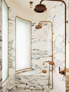 Banheiro de Mármore. Designer: Maddux Creative.