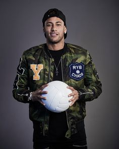 """""""Neymar of Brazil poses during The Best FIFA Football Awards at The May Fair Hotel on October 2017 in London, England. Neymar Football, Neymar Jr, Football Awards, Football Players, Dani Alves, Love You Babe, Sports Fanatics, World Cup 2014, Fly London"""