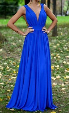 This is a long dress. It's very beautiful. V-neck to make you look very sexy, strapless makes you look very charming. If you wear this dress at the party, you'll be sure to attract a lot of attention.