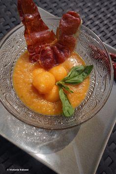 Gazpacho de melon rôti et ses chips de jambon de Bayonne. Dans cette recette, la chair du melon rôtie au miel contraste merveilleusement avec le jambon de Bayonne