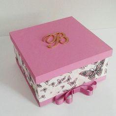 Caixa decorativa com tema de borboletas e letra B na tampa.  #caixamdf #caixamdfdecorada #caixadecorativa #caixadecorada #coisasdemenina #coisasdebebe #decorando #decorandocomamor #decorandooquarto #borboletas #facavocemesmo #feitocomamor #feitoamão
