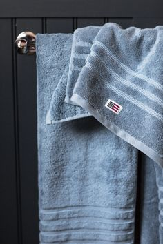 Plush and absorbent, the Lexington soft and heavy terry towel is created from 600 g combed cotton. With softness that only increases over time, our original towel in a blueberry color is a luxurious treat for your body.