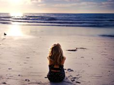 Free Lonely Girl On Beautiful Beach Picture for Beautiful Girl Hd Wallpaper, Girl Wallpaper, Beautiful Beach Pictures, Beautiful Beaches, Cigarette Girl, Flower Girl Crown, Lonely Girl, Korean K Pop, Sporty Girls