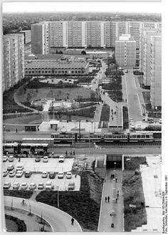 Berlin, Marzahn, Wohnblocks, Grünanlage -  ADN-ZB Schindler 4.9.81 Berlin-Marzahn - 1.Wohngebiet - Hier ist wie anderswo in Vierteln unserer Stadt bereits das Alltagsleben eingezogen. Großzügige Verkehrslösungen gehören ebenso zu diesem Bild wie moderne Versorgungs- und Dienstleitungseinrichtungen sowie gepflegte Grünanlagen.
