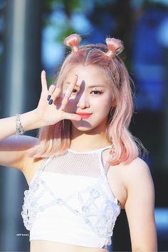 Her swag and cuteness💓 . Kpop Girl Groups, Korean Girl Groups, Kpop Girls, Loona Kim Lip, Mode Rose, Homo, New Girl, K Pop, South Korean Girls