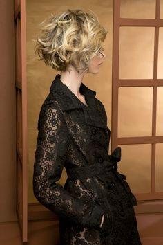 Long Bob. LOB. ¡El nuevo must-have entre las estrellas! Ni demasiado largo ni demasiado corto. La mujer que opta por este estilo es el reflejo perfecto de la moda de su tiempo.