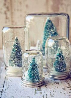 boules à neige originales à faire soi-même en bocaux en verre facetté remplis de neige artificielle et sapins en brosse à bouteilles