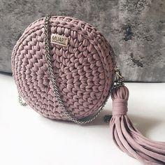 Круглая сумочка выполнена на заказ: - цвет пыльная роза; - размеры 21*7 см; - фурнитура на выбор, несколько вариантов ремешка (тонкая цепь, толстая цепь, кожаная ручка, комбинированная); - стоимость от 2500 рублей. ___________ #вязанаясумка #вязаныйрюкзакуфа #knittinginspiration #knitting_is_love #handmadeufa #вязанаясумкауфа #ручнаяработауфа #подарокручнойработы #подарокдевушке #уфа #уфасити #подарокуфа #сумкауфа #сумкиуфа