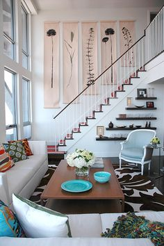 """Simetria e equilíbrio: muito interessante! Perceberam que as prateleiras e as obras de arte na parede acompanham o """"movimento"""" da escada?"""