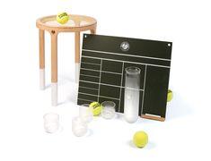 2009 Roland Garros - 5.5 Designers A l'occasion du tournoi 2009, 5.5 designers réinterprète Roland-Garros en « 3 SETS ». Les tubes de balles se transforment en carafe et verres « ACE » et s'installent sur nos tables. Les raquettes traditionnelles en bois sont revisitées en tabourets « BREAK »