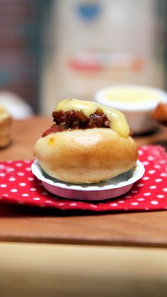 Chili Cheese Dog - Enjoy your favorite game day food in tiny, bite-sized form. Cute Food, Yummy Food, Tiny Cooking, Food Vids, Chili Cheese Dogs, Doll Food, Tiny Food, Small Meals, Miniture Things