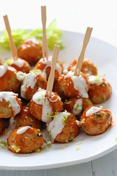Buffalo Chicken Meatballs: Perfect for football season! Baked chicken meatballs with minced celery and carrots hidden inside, topped with hot sauce, and homemade blue cheese dressing – yum! Healthy Snacks, Healthy Eating, Healthy Recipes, Easy Recipes, Fingers Food, Appetizer Recipes, Appetizers, Buffalo Chicken Meatballs, Cocina Natural