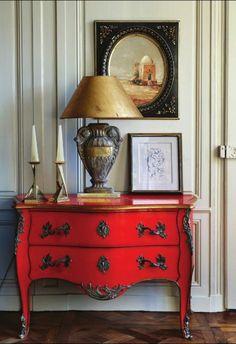 le commode rouge dans le salon