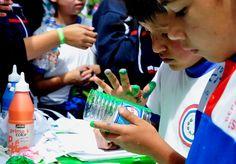 En el boulevard de la avenida Naciones Unidas, al norte de Quito  se desarrolló  la feria Pongamos las Manos por el Ambiente de Quito, los estudiantes hicieron  manualidades con material reciclado.