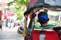 Seorang tukang becak yang menunggu penumpang