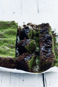 Forest Fleece - chocolate cake    Instant chocolate cake without flour - with pumpkin seeds or almonds. The stretching means, thanks to the addition of sugar slaughtered proteins - such as meringue. Best immediately after cooling when the center is still moist.